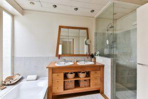 Met kunststof platen behaal je veel voordelen voor je badkamer plafond